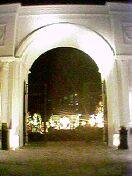 白亜の大門